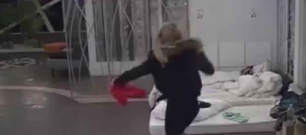 Oriana salta sobre la cama de Eutenia