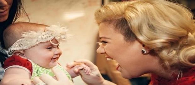 Kelly Clarkson feiert ihren ersten Muttertag.