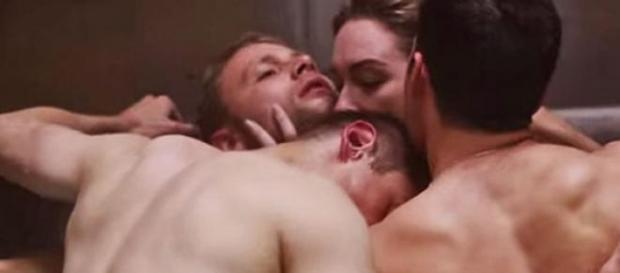 Miguel Ángel Silvestre, orgía en la serie 'Sense8'