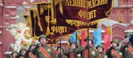 Milhares de soldados marcham na Praça Vermelha.
