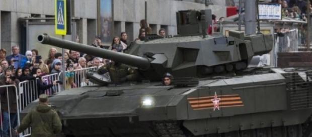 Czołg Armata T-14 podczas próbnej defilady