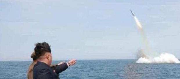 Kim Jong-un osserva la sua prova del fuoco