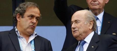Platini e Blatter de costas voltadas