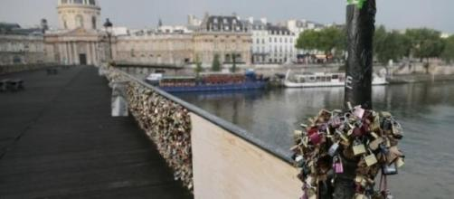 Plus de 700 000 cadenas étaient sur le pont.