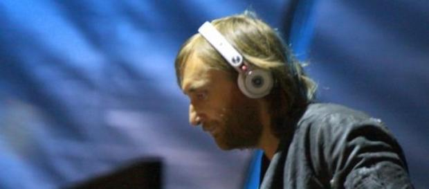 David Guetta pinchando en una fiesta