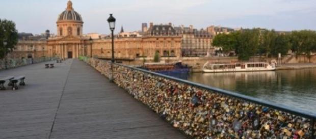 El Puente de las Artes luciendo sus candados