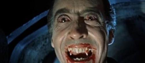 L'attore Lee nei panni di Dracula