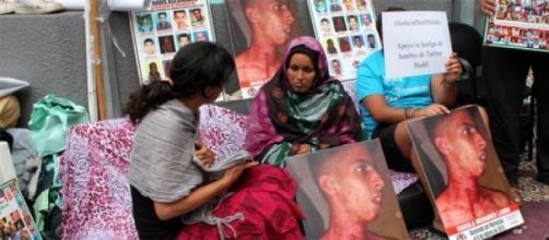Teresa Rodríguez conversa con la mujer saharaui.