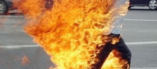 Un român vrea să-şi dea foc în faţa