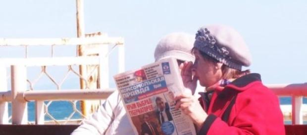 """Babcie w Simferopolu czytają """"Krymską prawdę""""."""