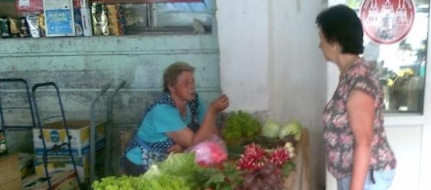 Bazar we Lwowie - pani handluje owocami.