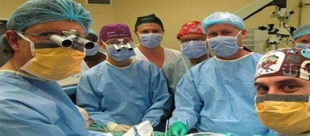 Cirurgiões durante a cirurgia do transplante