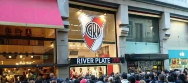 Los hinchas millonarios en el River Store