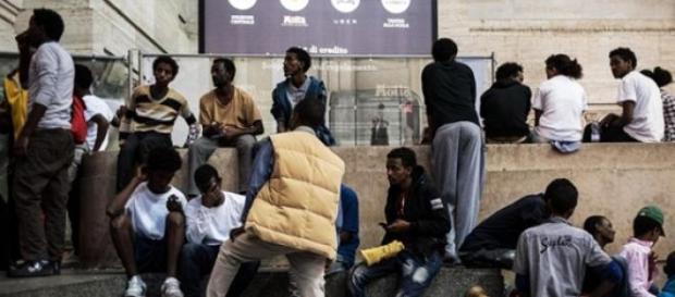 Migranti accalcati alla Stazione di Milano