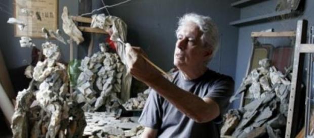 Antoni Pitxot trabajando en su estudio
