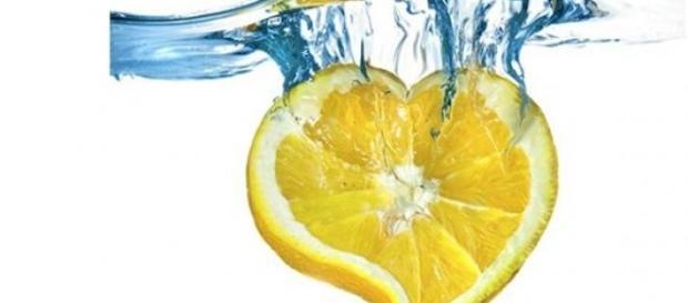 Picie wody z sokiem z cytryną sprzyja odchudzaniu.