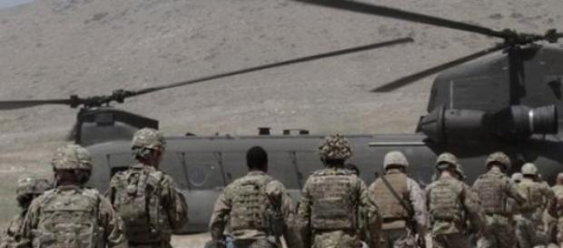 Soldati Nato pronti ad imbarcarsi su mezzo aereo