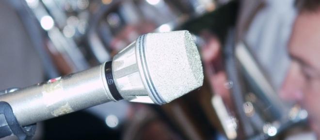 Festiwal piosenki nie może się obejść bez mikrofonu. Pamiętacie czasy, kiedy artyści wprost opleceni byli kilometrami kabla? Dzisiejszy mikrofon to wygoda, komfort i estetyczny wygląd.
