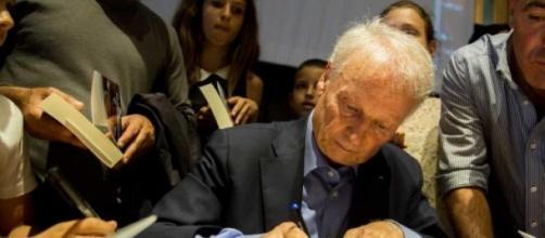 Ilario Castagner firma il libro, foto Zuccaccia