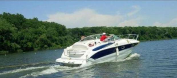 Ambarcațiune de mare viteză pe lacul Snagov