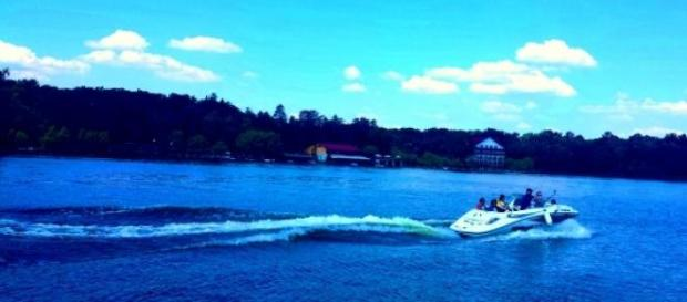 Ambarcaţiune de viteză pe Lacul Snagov