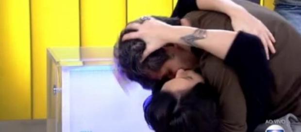 Bruno Gagliasso beija Monica Iozzi ao vivo