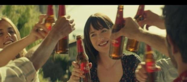 Dakota Johnson en el anuncio de cerveza