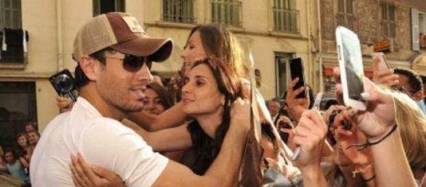 Enrique Iglesias, rodeado de sus fans