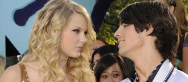 O casal de cantores já namorou.
