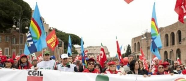 Pensionati e lavoratori in piazza attendono novità