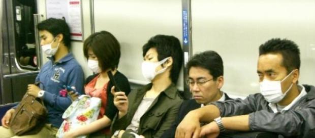 Für die Hygiene benutzen Menschen den Mundschutz.
