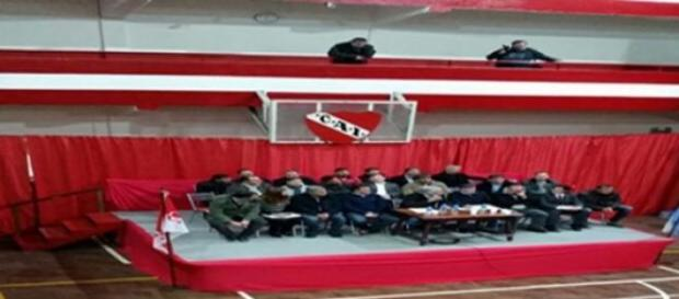 Los directivos del 'Rojo' durante la asamblea