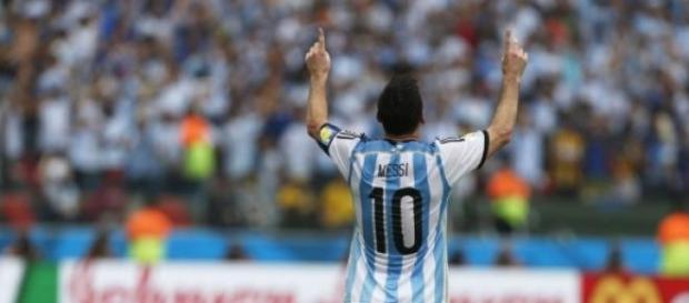 Messi reverenciando el cielo