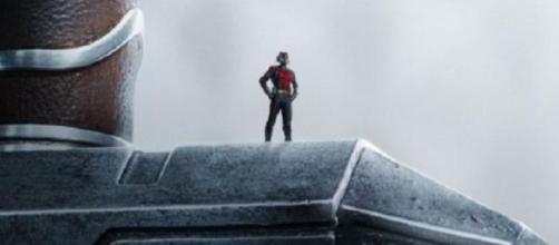 Ant-Man sobre el martillo de Thor