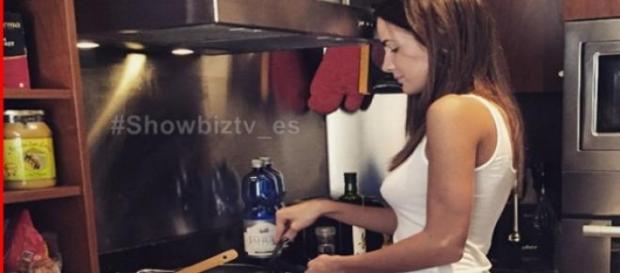 Aylén Milla cocinando para su novio Marco Ferri