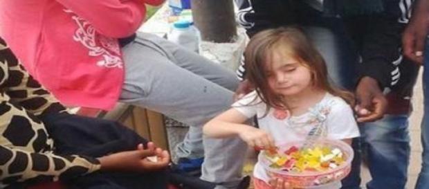 Ventimiglia, bambina regala caramelle ai migranti