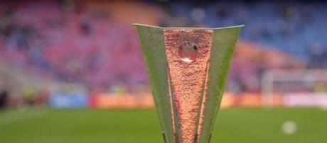 La coppa che simboleggia L'Europa League
