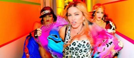 No novo videoclip Madonna passeia-se pelo hotel