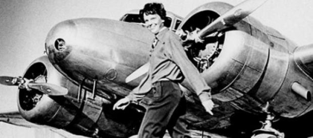 Amelia Earhart y su avión Electra