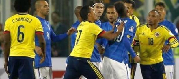 Carlos Bacca popycha Neymara.