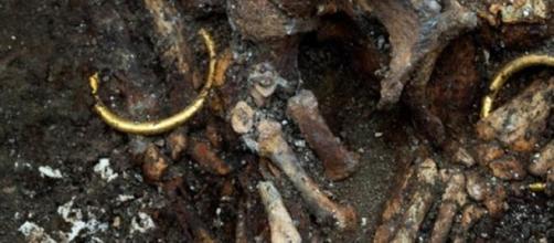 Primer plano de las pulseras de oro de la tumba