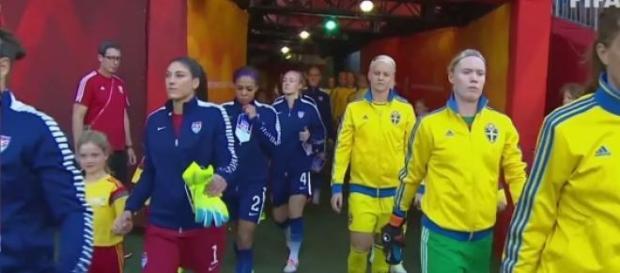 Jogadoras dos EUA e da Suécia a entrarem em campo.