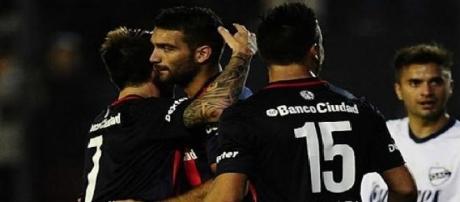Con goles de Villalba y Benítez San Lorenzo lidera