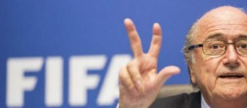 Blatter se va en medio de una gran controversia