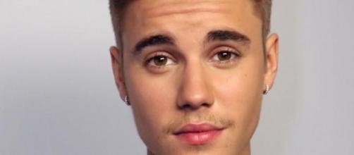 Justin Bieber da un beso a un hombre
