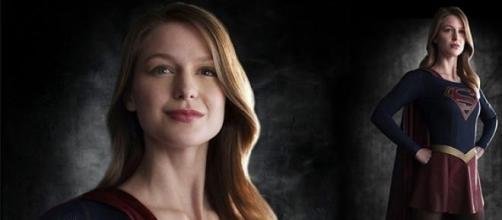 Melissa Benoist, posando como Supergirl