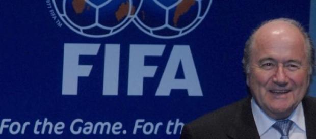 Sepp Blatter demite-se da FIFA.