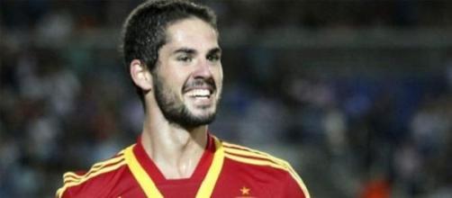 Isco jugando un pardio con la Selección Española