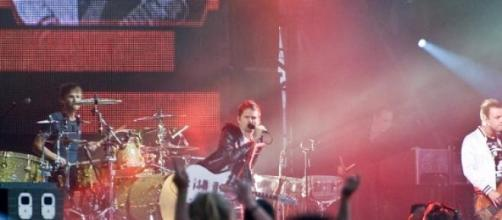 Muse vuelve a un estilo más rockero en 'Drones'
