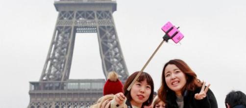 """Turistas haciéndose un """"selfie"""" en París."""